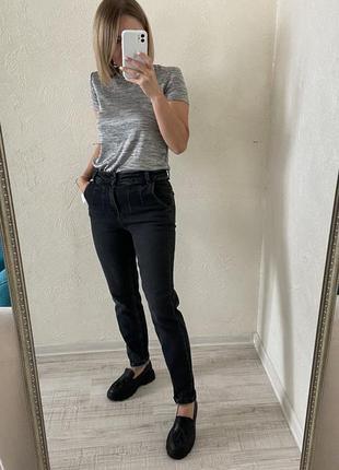 Темні джинси мом з косими кишенями
