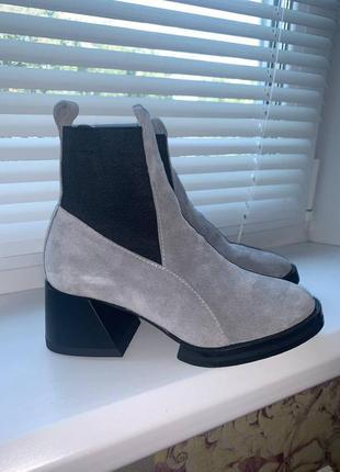 Новые демисезонные ботинки серая замша на каблуке 36 р