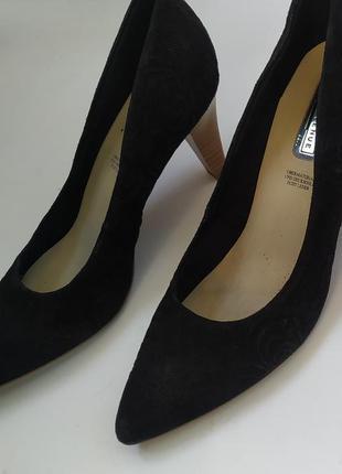 Черные классические туфли лодочки на среднем каблуке