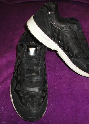 Шикарные черные кроссовки на белой подошве