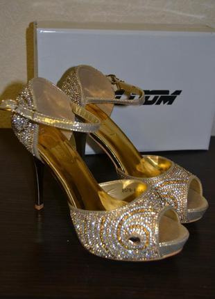 Распродажа! золотые открытые туфли-босоножки в камнях на каблуке от abloom (италия)