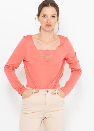Лонгслив футболка длинный рукав спереди декорирован кружевом розовый camaieu