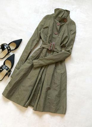 Новый стильный льняной трендовый тренч модного оттенка хаки с роскошной фурнитурой и высоким горлом