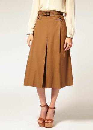 Новая стильная юбка длины миди модного оттенка охры с шикарным поясом и кожаной фурнитурой