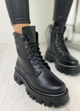 Чёрные ботинки на высокой подошве из натуральной кожи