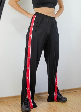 Amy&ivy черные спортивные штаны на резинке с лампасами и кнопками по боках, свободные брюки
