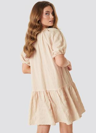 Новое светло-коричневое оверсайз структурированное платье na-kd