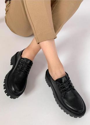 Лоферы на шнурках из натуральной чёрной кожи