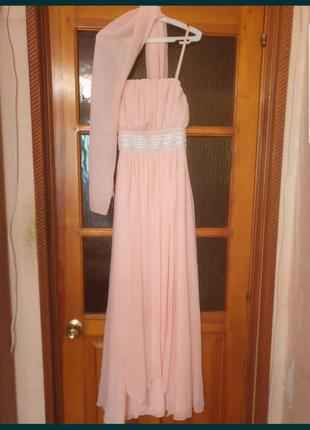 Вечернее платье очень красивое.