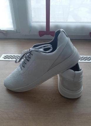 Белоснежные кроссовки