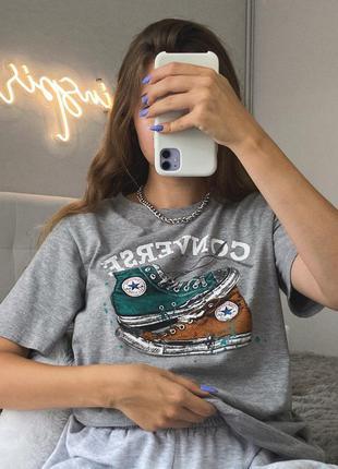 Трендовая базовая оверсайз серая футболка конверс с кедами converse с принтом