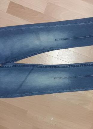 Зауженные джинсы с потертостями callioppe