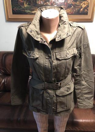 Женская куртка-ветровка с прятавшимся капюшоном.