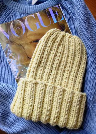 Акриловая шапка с отворотом желтого цвета