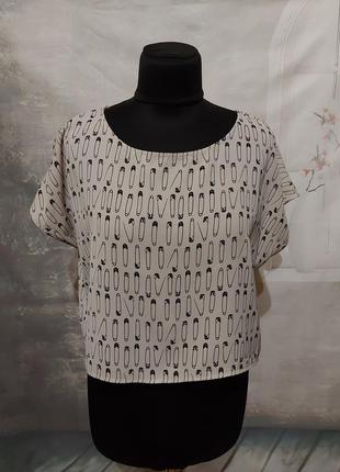 Блуза в принт булавки