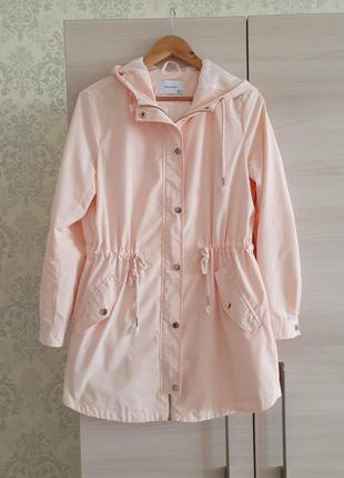 Легкая женская удлиненная куртка персикового цвета