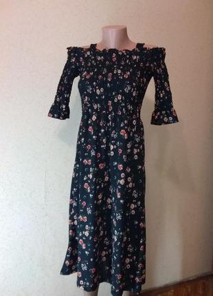 Вишукана сукня з відритими плечима