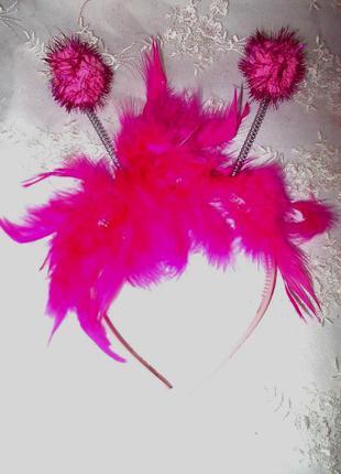 Обруч с перьями и рожками для маскарада - цвет фуксии