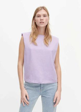 Стильная актуальная хлопковая футболка майка топ с подплечниками без рукавов лилового цвета