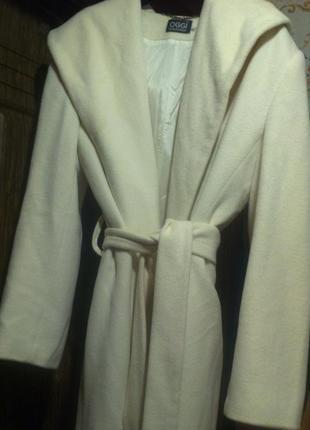 Стильное теплое светлое молочное оверсайз пальто халат с капюшоном под пояс 100% шерсть oggi