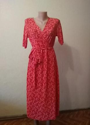 Червона сукня в рубчик з декольте.
