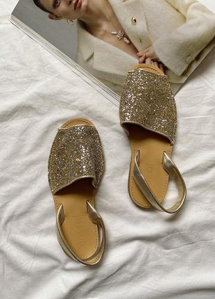 Класні босоніжки/шльопанці,золотистого кольору