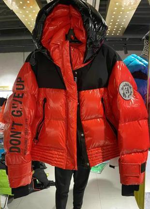Женская красная лаковая куртка пуховик