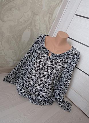 Блуза с рукавами.