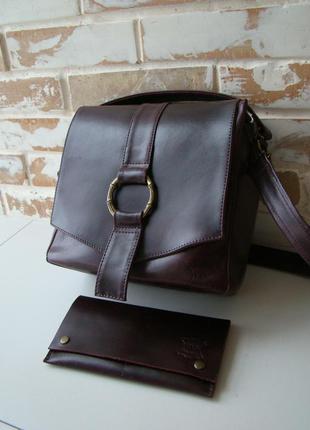 Стильная кожаная сумка бордово-фиолетового цвета.