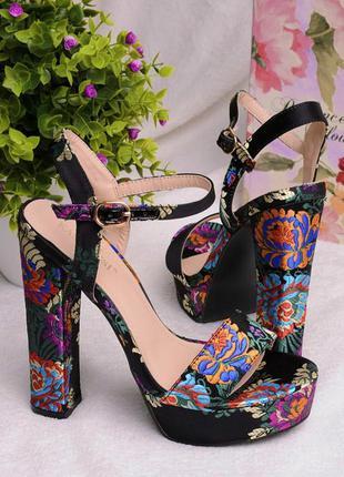 Босоножки женские чёрные на высоком каблуке атласные цветочный принт
