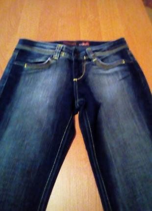 Модные джинсы слегка расклешенные