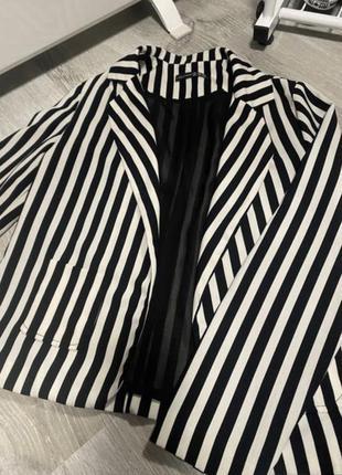 Пиджаки в черно-белую полоску