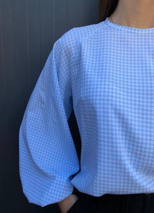 Блуза-рубашка в гусиную лапку голубо-белая.