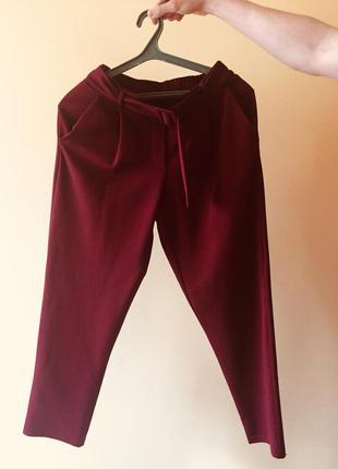 Шикарные укороченные и зауженные брюки джогеры цвета марсала