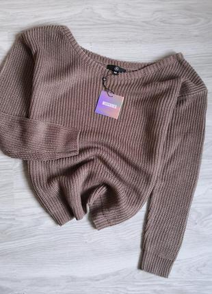 Базовый коричневый свитер с широкой горловиной, можно на одно плечо