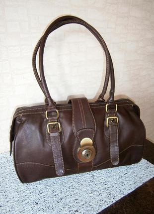 Стильная. повседневная сумка с длинными ручками из натуральной кожи. tommy & kate.
