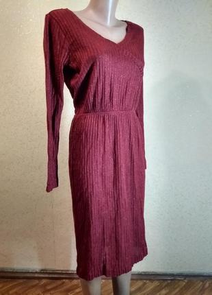 Червона сукня в рубчик з люрексом.