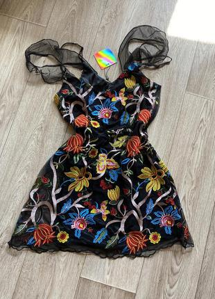 Платье с вышивкой на бретелях с подкладкой