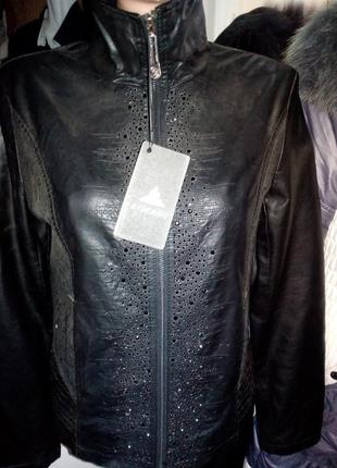 Новая винил. черная утепленная куртка с камнями.по бокам гипюр.есть m/xl
