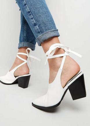 Новые кожаные белые туфли ботинки мюли на завязках средний блочный каблук