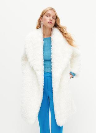 Шикарное белое меховое пальто, шубка reserved свободного кроя.