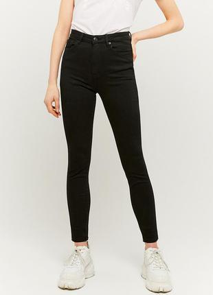 Оригинальные джинсы с дирочками квадратики по боках
