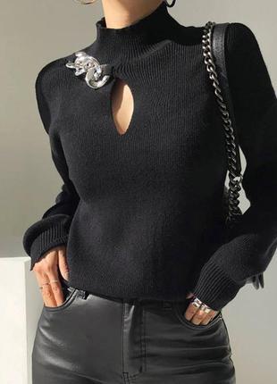 Женский свитер с цепочкой