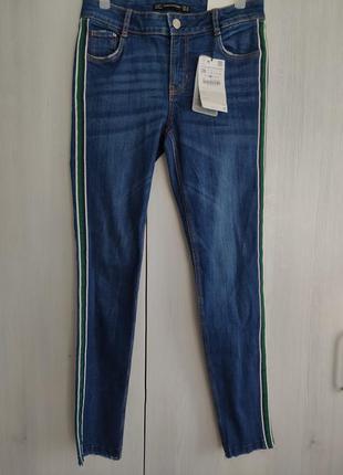 Новые джинсы с лампасами zara размер s.оригинал с официального сайта. новые с бирками.