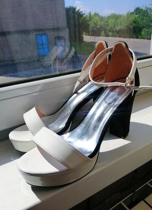 Босоножки женские чёрные белые замшевые лаковые на среднем каблуке