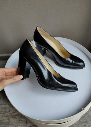 Лаконичные туфли из лаковой кожи в стиле prada