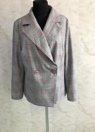 Пиджак двубортный в клетку серо-розовый.