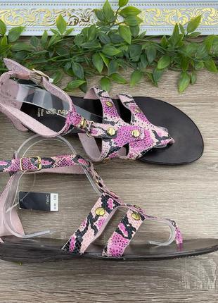 Розовые кожаные босоножки/сандали в змеиный принт