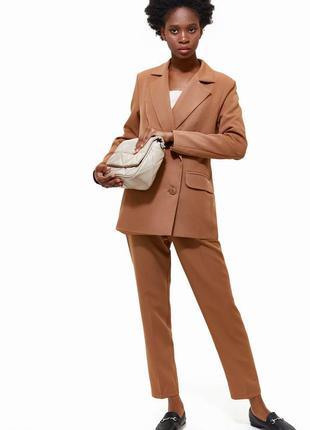 Бежевый брючный костюм