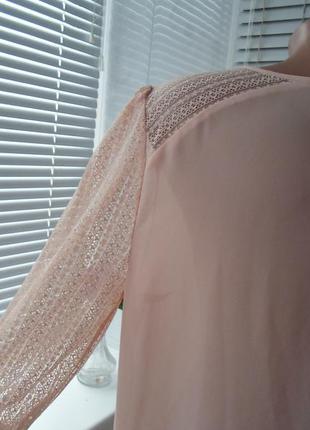 Нежная блуза с кружевом в нюдовой гамме